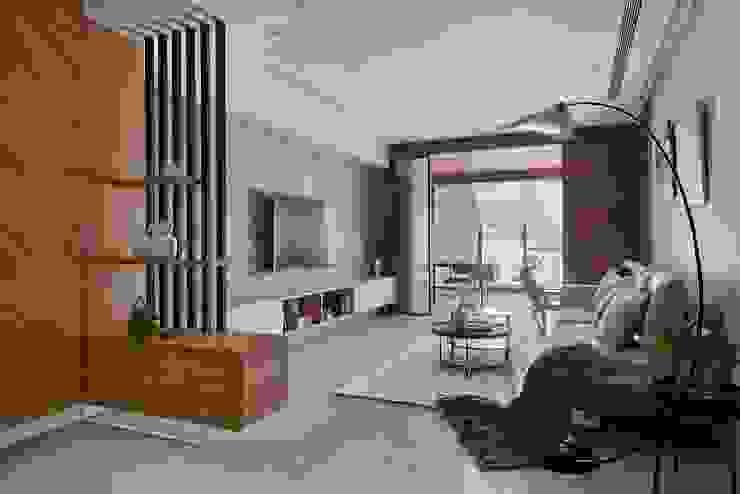 Pasillos, vestíbulos y escaleras de estilo moderno de 層層室內裝修設計有限公司 Moderno
