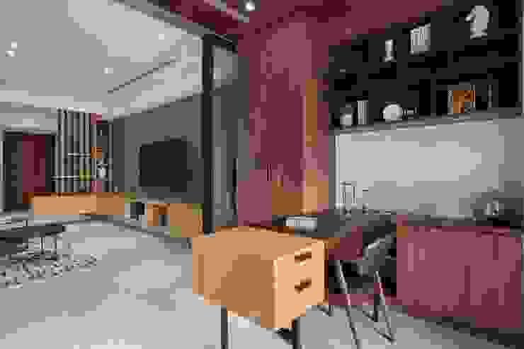 Modern Study Room and Home Office by 層層室內裝修設計有限公司 Modern