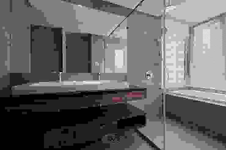 漫延‧悠然 現代浴室設計點子、靈感&圖片 根據 層層室內裝修設計有限公司 現代風
