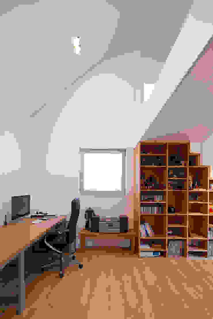 2층 작업실 위드하임 모던스타일 서재 / 사무실
