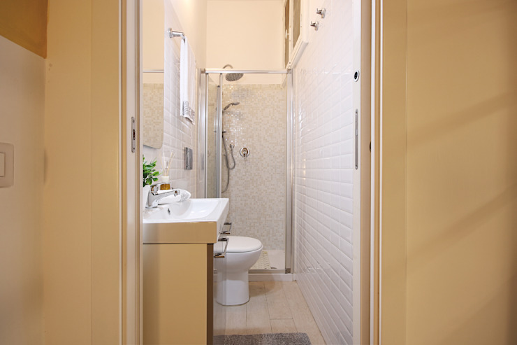Bathroom by Creattiva Home ReDesigner  - Consulente d'immagine immobiliare
