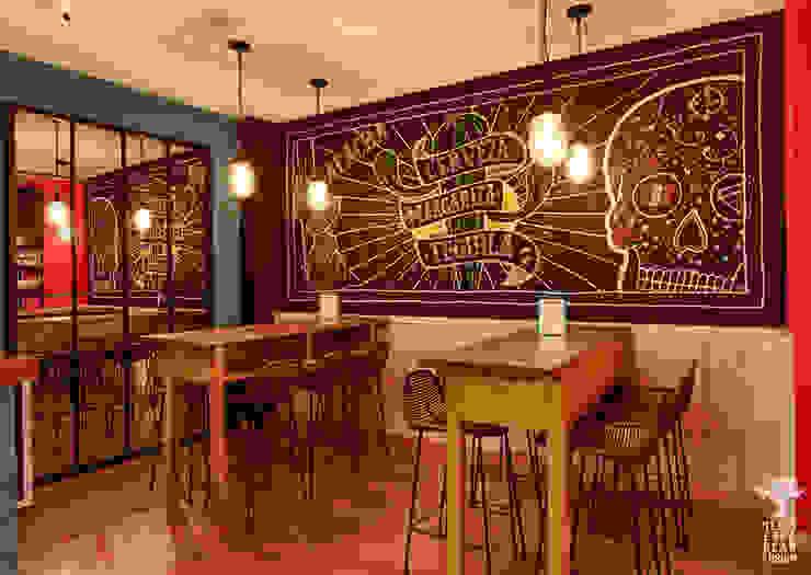 Zona mesas altas Gastronomía de estilo ecléctico de MEDITERRANEAN FUSION S.L. Ecléctico Pizarra