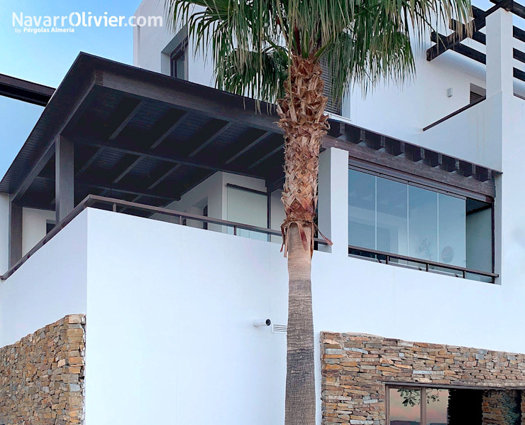 Balkon, Beranda & Teras Modern Oleh NavarrOlivier Modern Kayu Wood effect