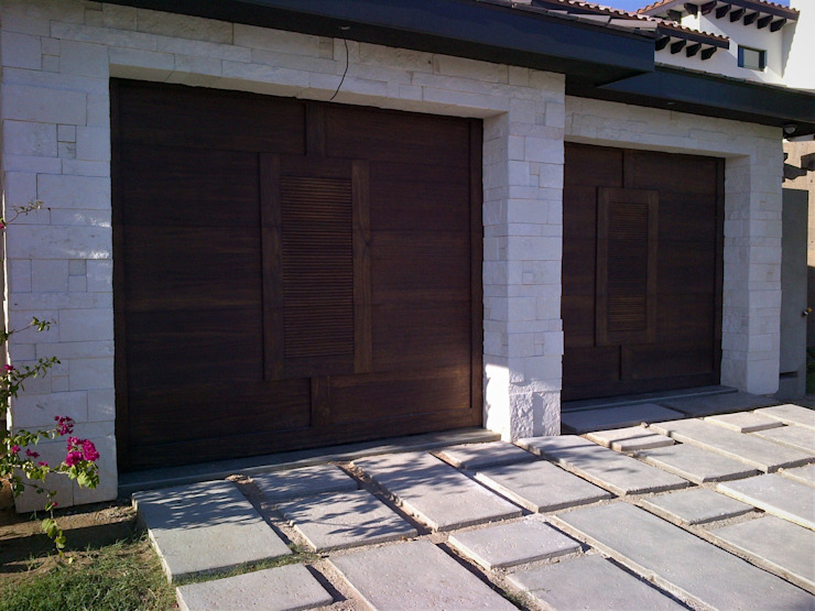 Puertas de garajes de estilo  por homify,