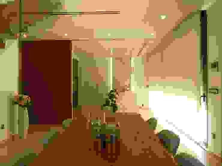 Cocina con isla en dekton porcelánico aura y Comedor Salones de estilo moderno de Gestionarq, arquitectos en Xàtiva Moderno