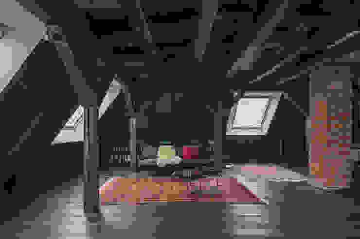 Alles außer Gewöhnlich. Ehemaliger Dachboden in neuem Glanz AMUNT Architekten in Stuttgart und Aachen Walmdach Holz Schwarz