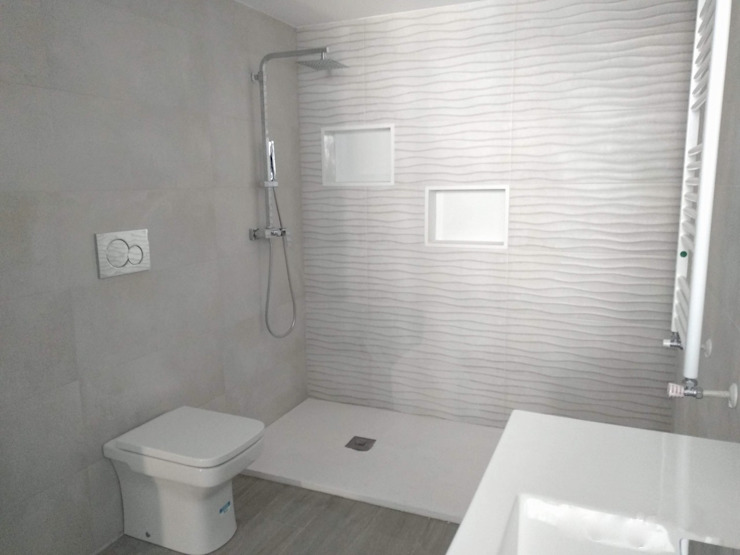 Bathroom by Gestionarq, arquitectos en Xàtiva, Modern Tiles