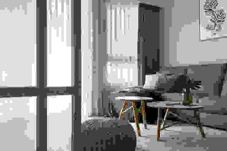 Salas de estar escandinavas por 引裏設計 Escandinavo