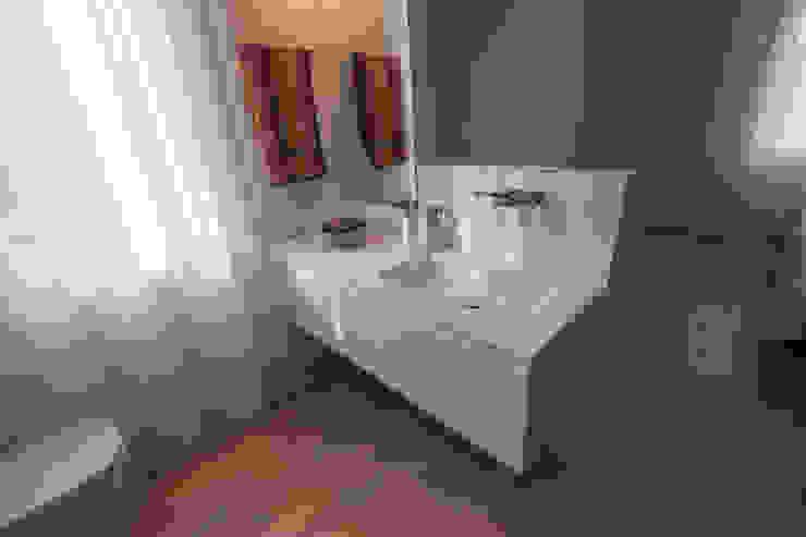 Pulito, moderno, essenziale: Bagno in stile  di Bolefloor , Moderno Legno Effetto legno