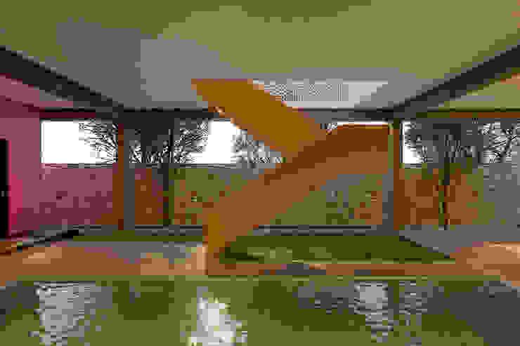 Escalera en voladizo Laboratorio Mexicano de Arquitectura Albercas de jardín Concreto Amarillo