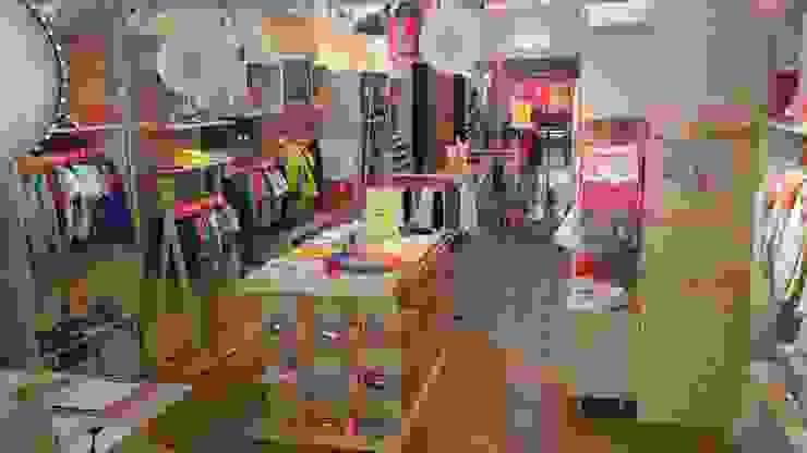 Interior tienda : Oficinas y Tiendas de estilo  de VURPURA INSTALACIONES COMERCIALES, Moderno