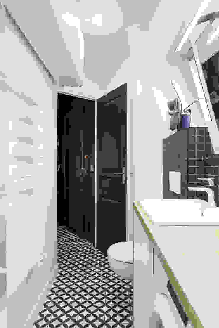 Salle de bain noire et blanche Salle de bain scandinave par Mon Plan d'Appart Scandinave