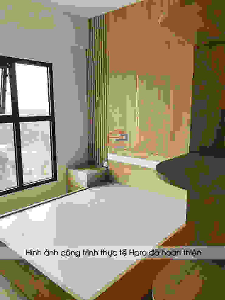Hpro hoàn thiện thi công nội thất gỗ melamine cho không gian phòng ngủ master nhà anh Nam - Ecopark: hiện đại  by Nội thất Hpro, Hiện đại