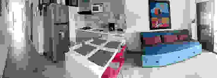 Cocina con barra en cuarzo blanco extra de Remodelar Proyectos Integrales Moderno Cuarzo