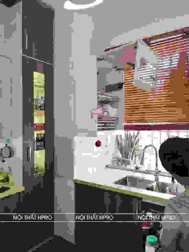 Hình ảnh thực tế bộ tủ bếp melamine chữ L nhà chị Thoa - Tây Hồ: hiện đại  by Nội thất Hpro, Hiện đại