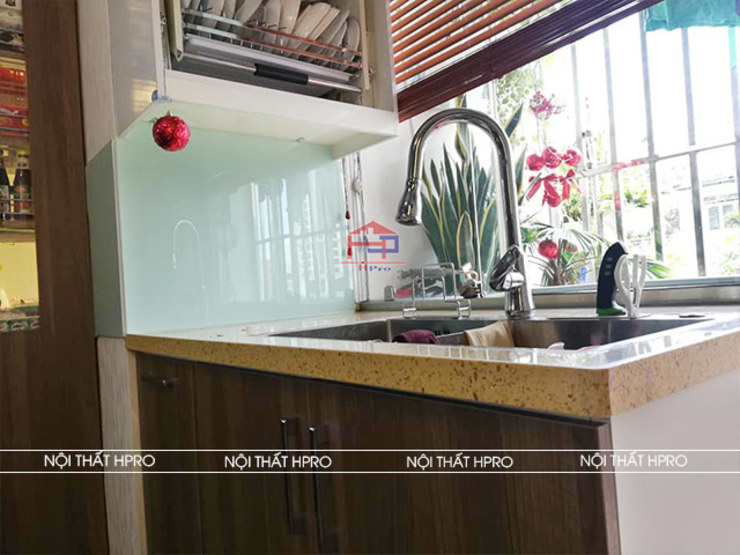 Hình ảnh thực tế bộ tủ bếp MDF lõi xanh phủ melamine nhà chị Thoa - Tây Hồ: hiện đại  by Nội thất Hpro, Hiện đại