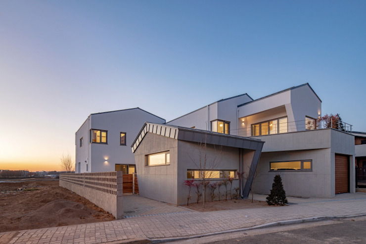 by (주)건축사사무소 더함 / ThEPLus Architects Modern
