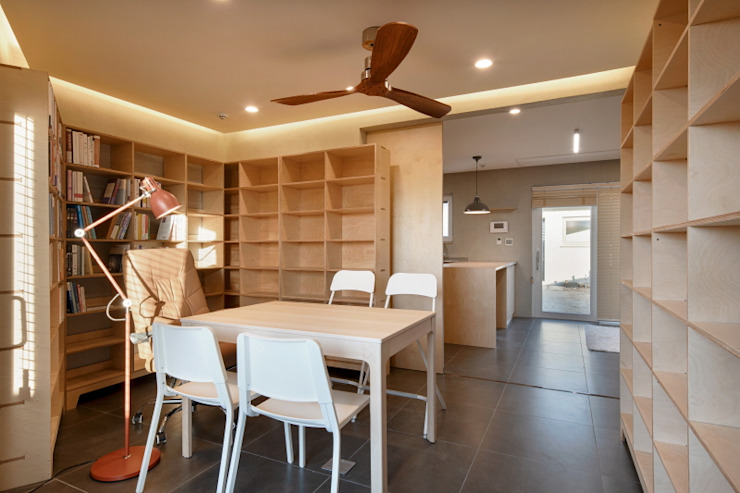 Modern Study Room and Home Office by (주)건축사사무소 더함 / ThEPLus Architects Modern