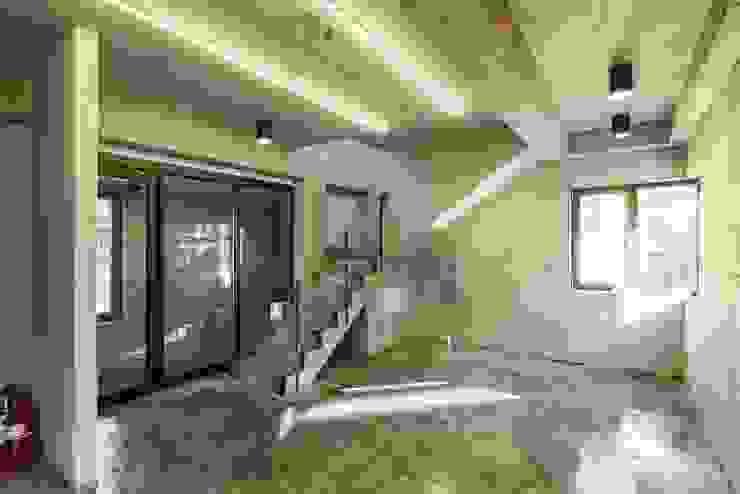 서교동 협소상가 '달고나' 모던스타일 거실 by (주)건축사사무소 더함 / ThEPLus Architects 모던