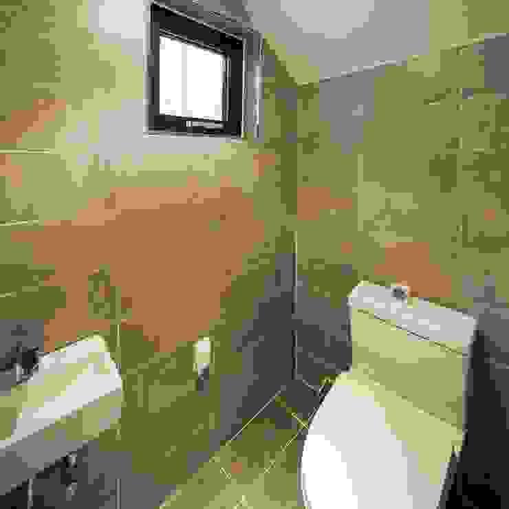 서교동 협소상가 '달고나' 모던스타일 욕실 by (주)건축사사무소 더함 / ThEPLus Architects 모던