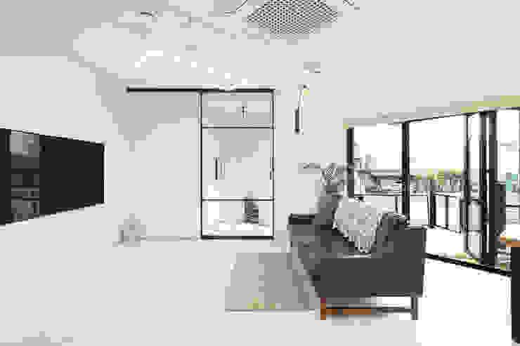 주택설계전문 디자인그룹 홈스타일토토 Modern living room Tiles White