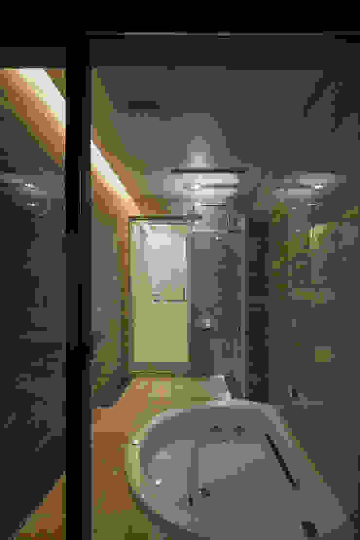 Phòng tắm phong cách hiện đại bởi Architect Show Co.,Ltd Hiện đại