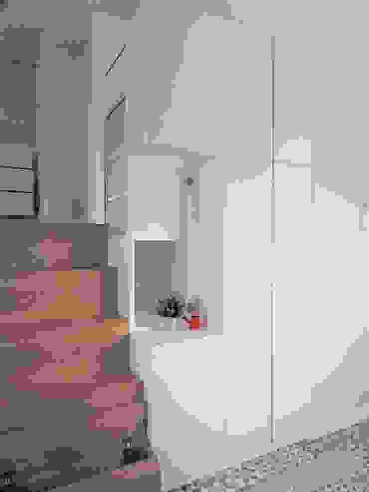 Minimalist corridor, hallway & stairs by ISQ 質の木系統家具 Minimalist