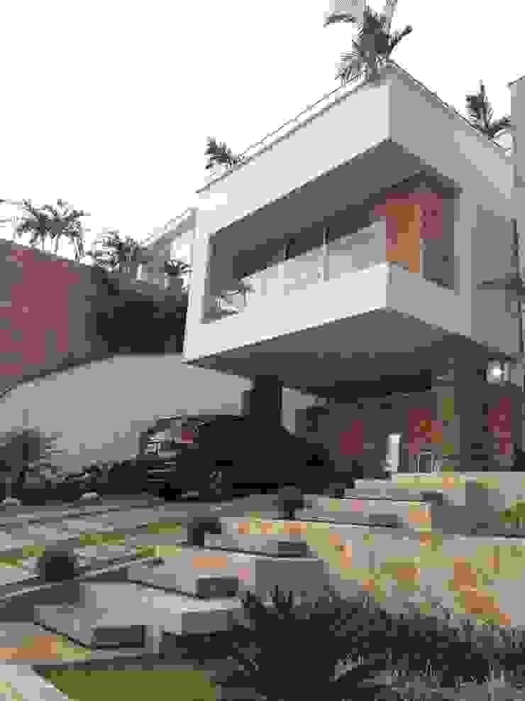 Casa 97A - Acceso Principal Garajes de estilo moderno de TALLER 11 Arquitectos Moderno Piedra