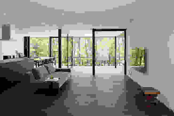 atelier137 ARCHITECTURAL DESIGN OFFICE Salas de estilo moderno Madera Negro