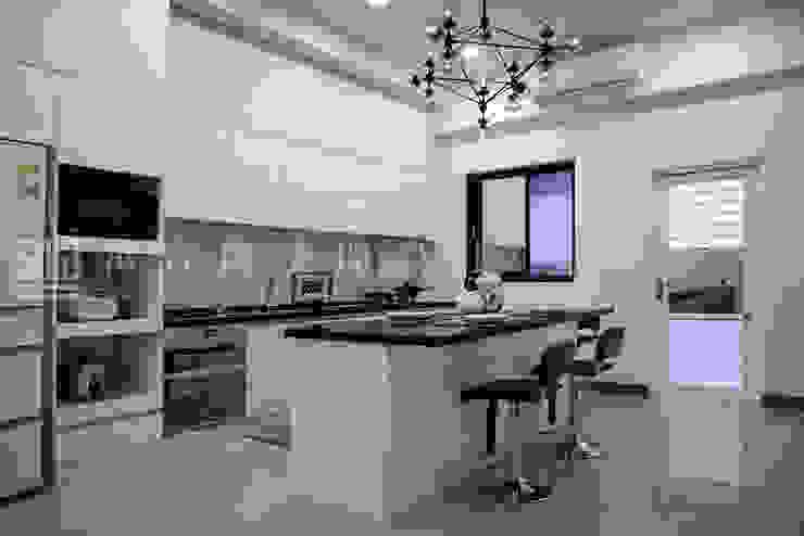 義鼎建設-富貴居/喬松苑 現代廚房設計點子、靈感&圖片 根據 SING萬寶隆空間設計 現代風