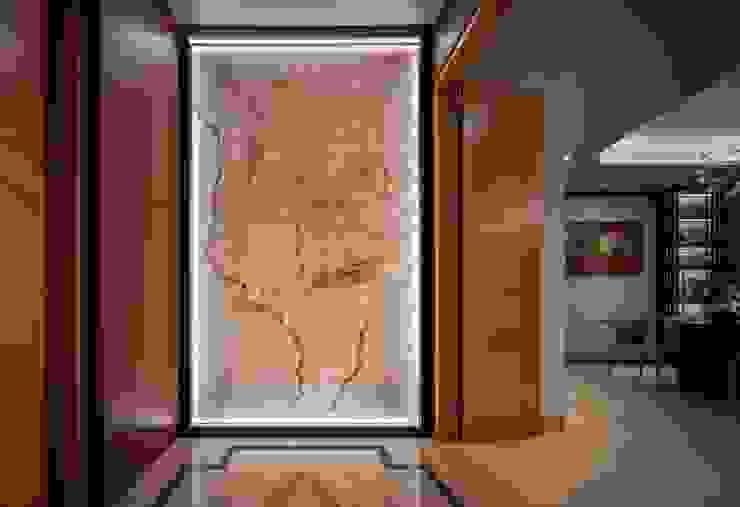 Bishopgate Residences Modern corridor, hallway & stairs by Summerhaus D'zign Modern