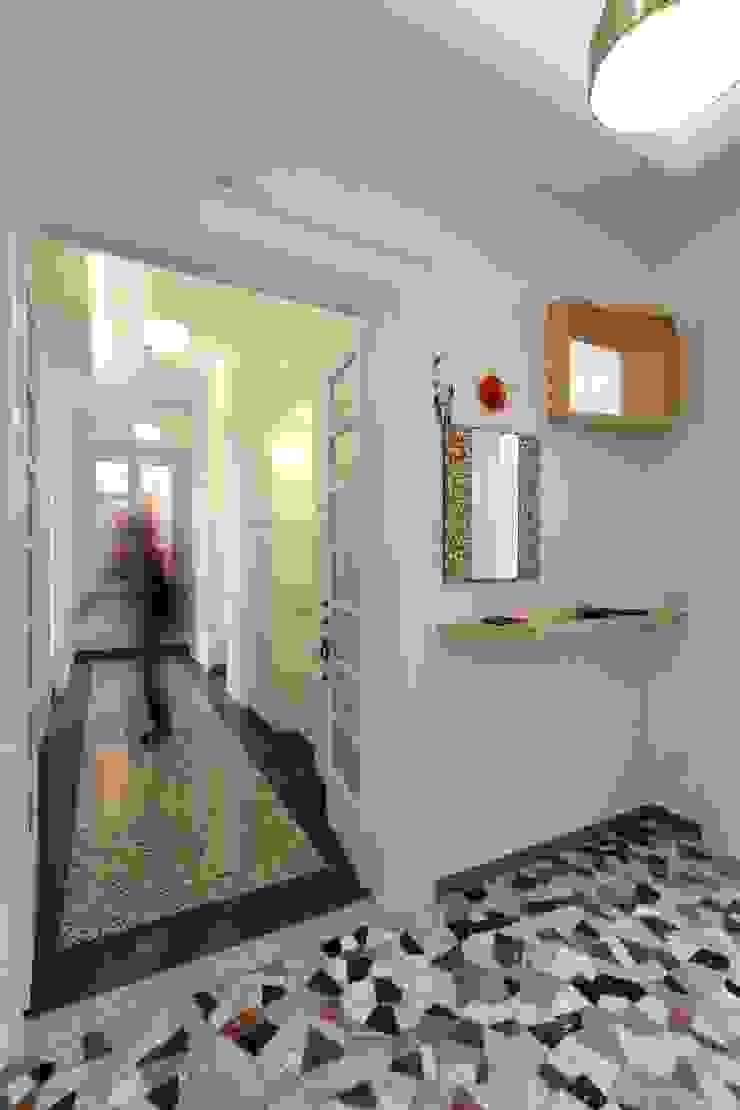 Ingresso Ingresso, Corridoio & Scale in stile moderno di Daniele Arcomano Moderno