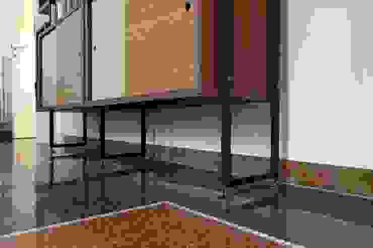 Soggiorno - dettaglio della libreria su misura Soggiorno moderno di Daniele Arcomano Moderno Legno Effetto legno