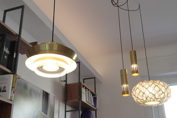Soggiorno - dettaglio degli apparecchi illuminanti a sospensione d'epoca Soggiorno moderno di Daniele Arcomano Moderno