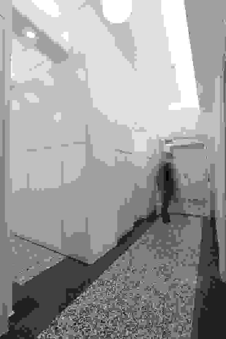 Corridoio verso l'ingresso con il grande mobile su misura Ingresso, Corridoio & Scale in stile moderno di Daniele Arcomano Moderno