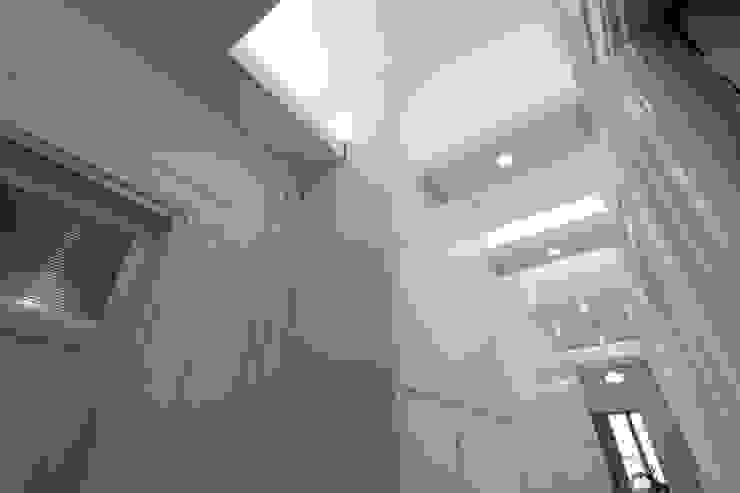 Corridoio zona notte Ingresso, Corridoio & Scale in stile moderno di Daniele Arcomano Moderno