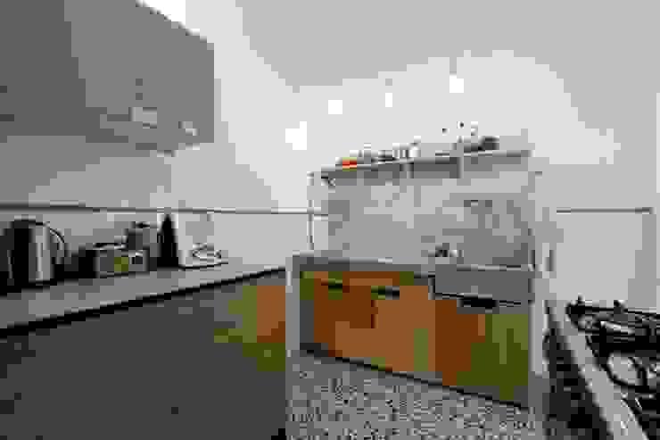 Cucina con il lavabo in marmo di Carrara esistente di Daniele Arcomano Moderno