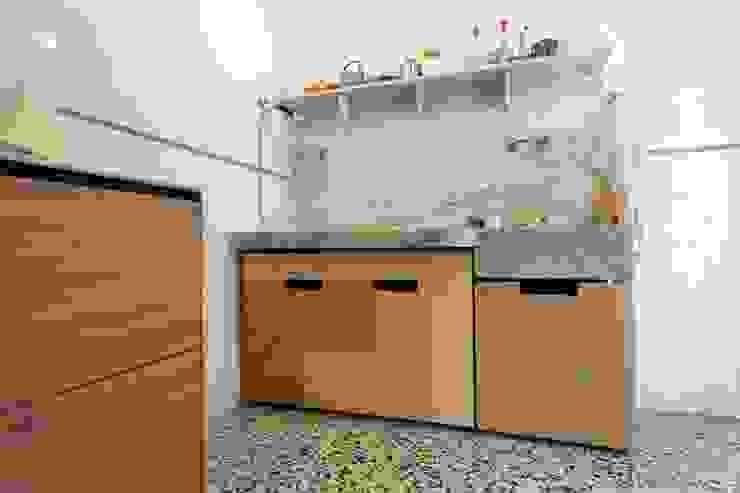 Cucina - il lavabo in marmo di Carrara con i nuovi contenitori scorrevoli su misura di Daniele Arcomano Moderno