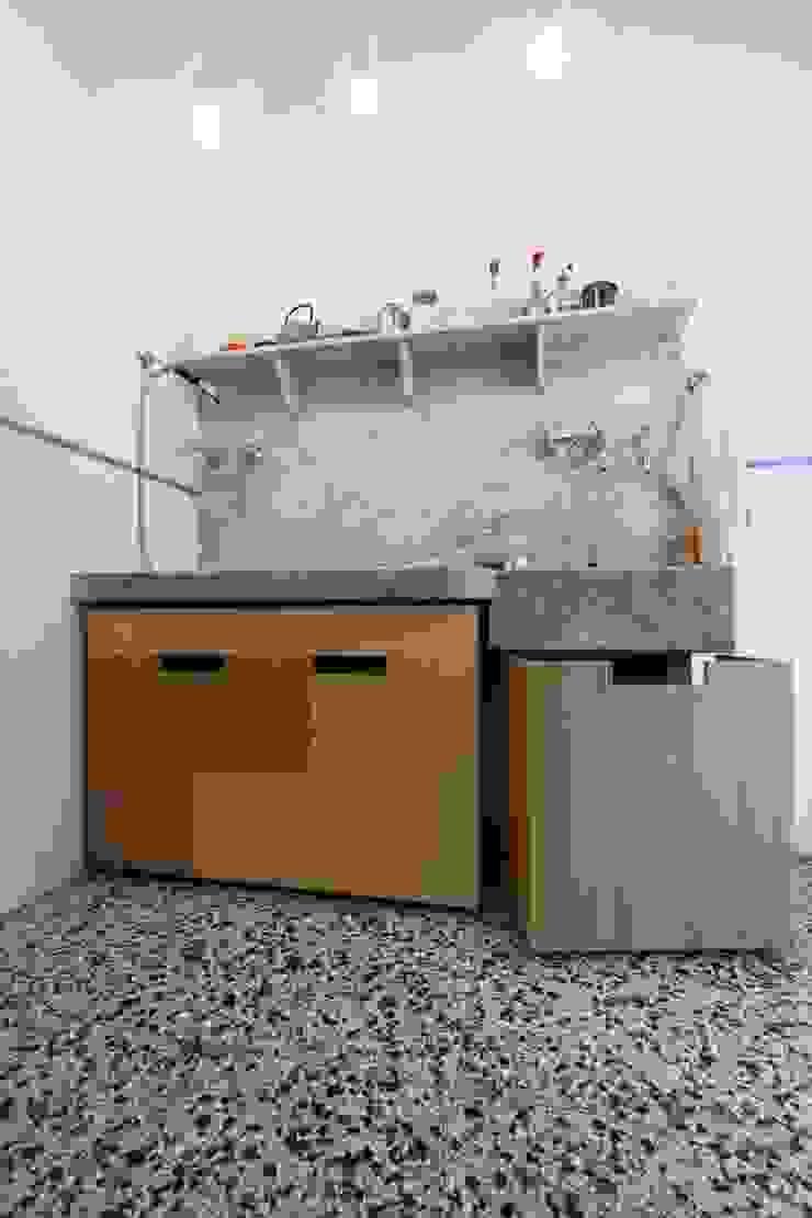 Cucina - il lavabo in marmo di Carrara con i nuovi contenitori scorrevoli su misura aperti di Daniele Arcomano Moderno