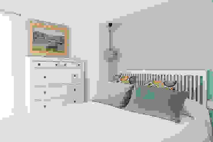 Dormitorio con vistas al mar Dormitorios de estilo mediterráneo de Silvia R. Mallafré Mediterráneo Madera Acabado en madera