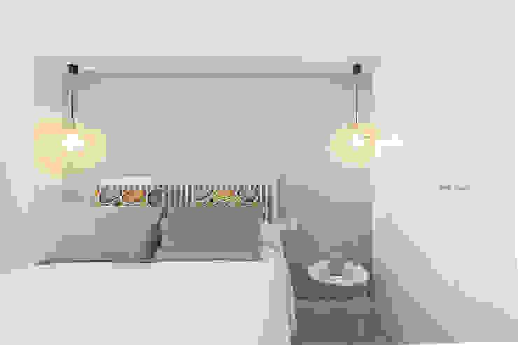 Dormitorio con vistas al mar: Dormitorios de estilo  de Silvia R. Mallafré, Mediterráneo Madera Acabado en madera