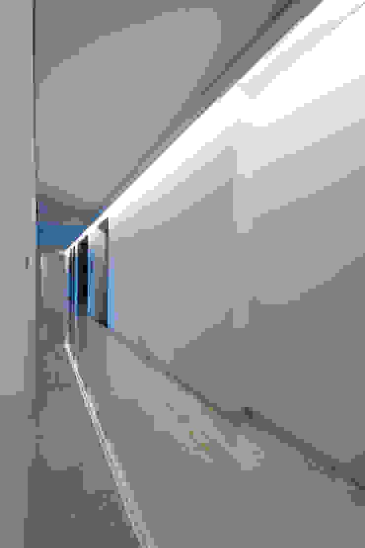 Minimalist corridor, hallway & stairs by M's plan 엠스플랜 Minimalist
