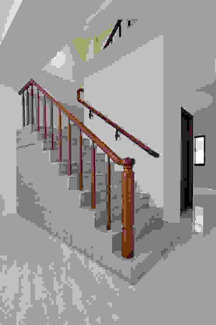 Paredes y suelos de estilo ecléctico de houseda Ecléctico Madera Acabado en madera