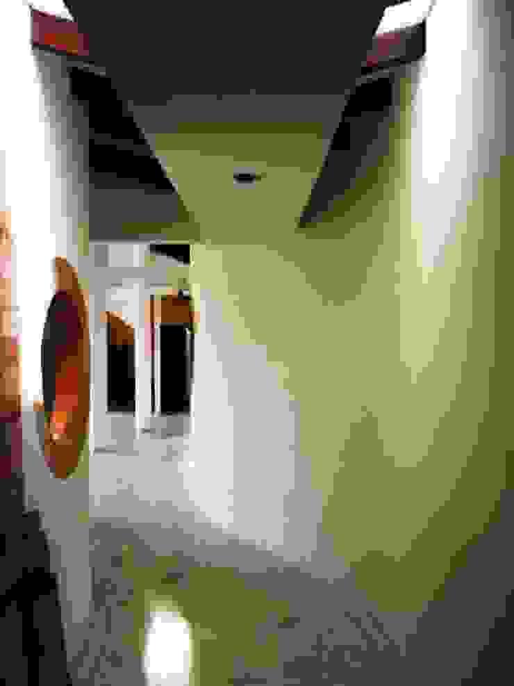 Vivienda campestre Surba y Bonza Pasillos, vestíbulos y escaleras de estilo colonial de MAVICO Colonial