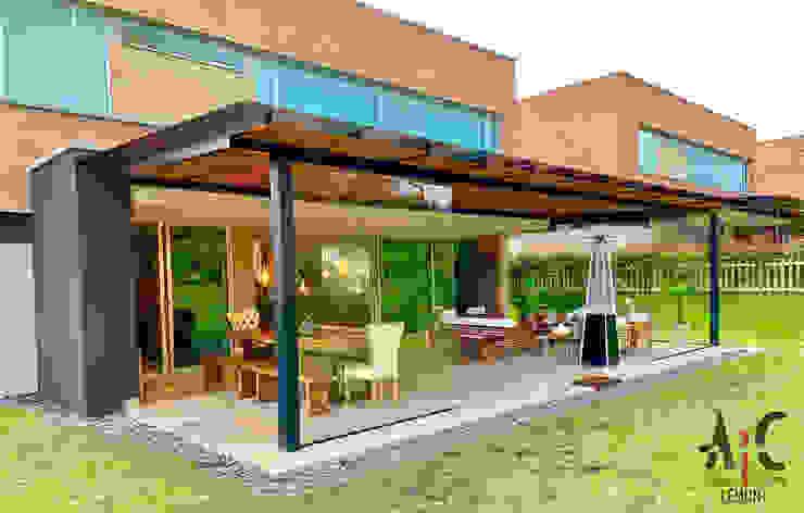 Techos inclinados de estilo  por Arquitectura y Complementos, Moderno Hierro/Acero