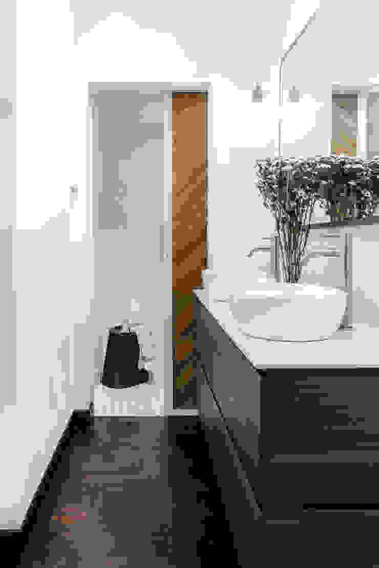 Bathroom Distinctidentity Pte Ltd 現代浴室設計點子、靈感&圖片 木頭 White