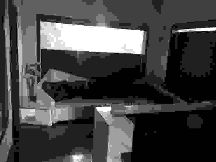 INTERIOR DESIGNERS 7WD Design Studio Modern living room Wood Black