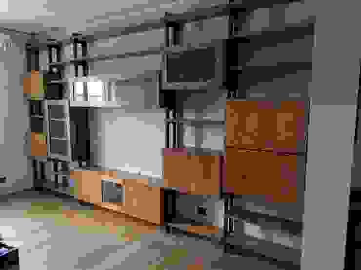 Mobile soggiorno industrial: Soggiorno in stile  di Legnovivo Falegnameria snc,