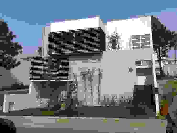 Gil + Gil: Casas multifamiliares de estilo  por GIL+GIL,
