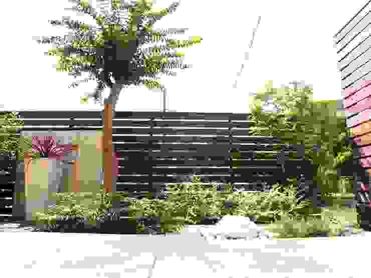 モダンリゾート感のあるリビングテラスガーデン モダンな庭 の 株式会社Garden TIME モダン 木 木目調